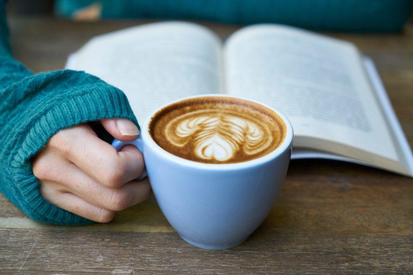Libro e cappuccino
