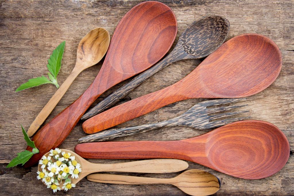 mestoli-in-legno-con-camomilla