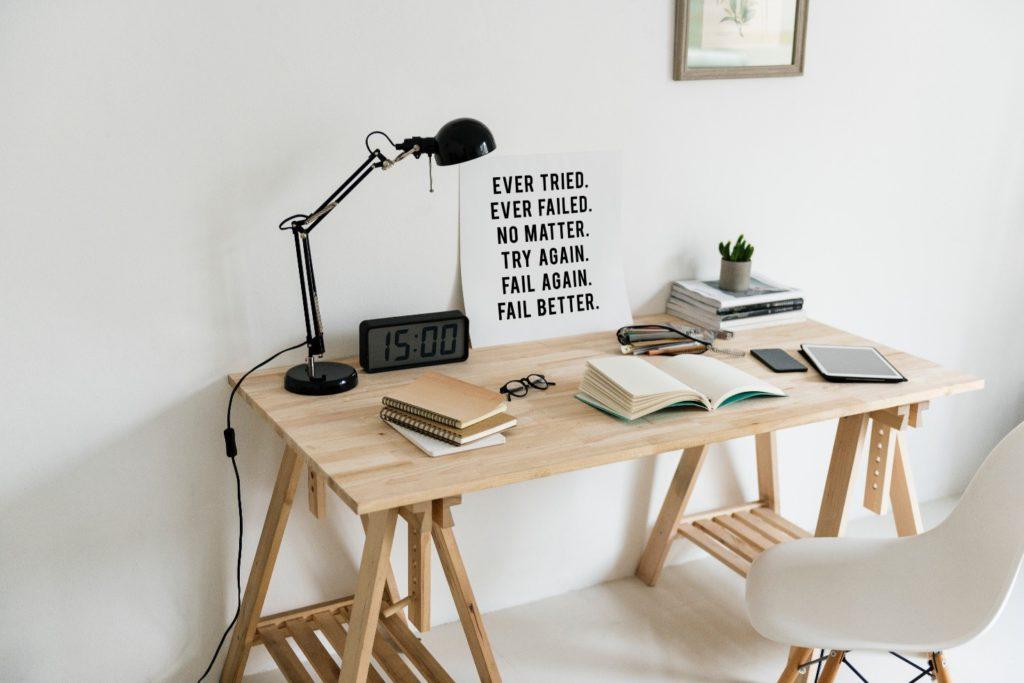 scrivania-sedia-frase